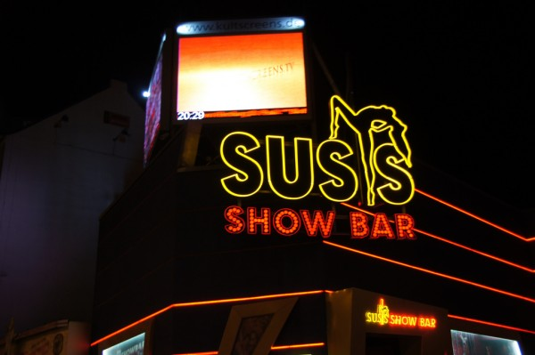 Show bar on Reeperbahn twicepix/Flickr